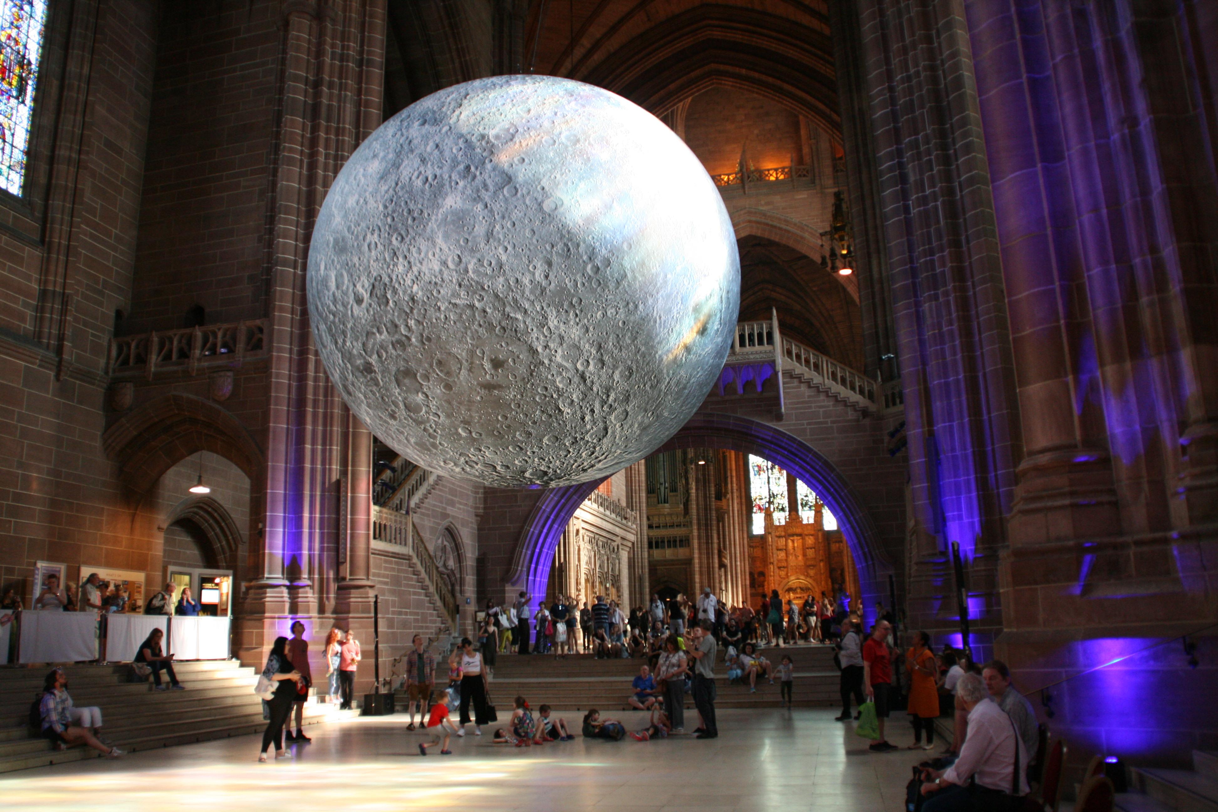 """Dieser """"Mond"""" hängt tatsächlich in der Liverpool Metropolitan Cathedral"""